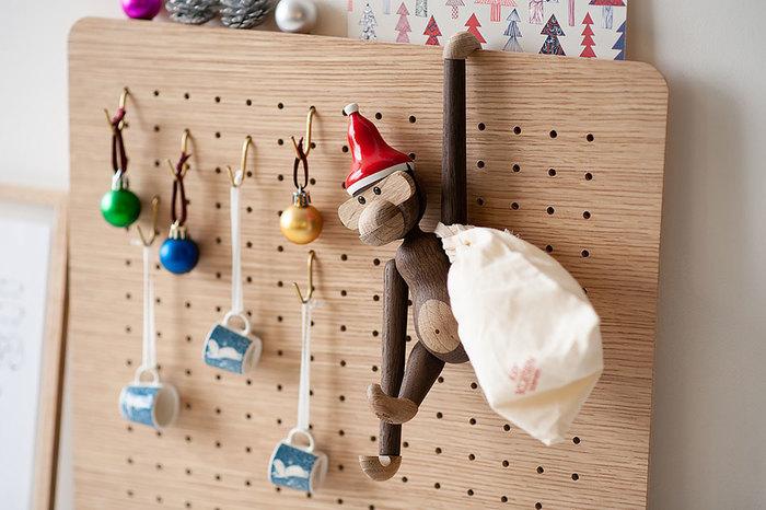 カイ・ボイスン作、デンマークいち人気のお猿「モンキーS」のための『サンタキャップ』です。既にモンキーSがお家にいる方はこのサンタキャップをゲットしてサンタクロースに変身させてあげてください!肩にかけるプレゼント袋もセットで届くので、本当にギフトを運んできてくれそうですよね。また、「モンキーS」と「サンタキャップ」をセットで贈り物にすれば、喜ばれること間違いありません。