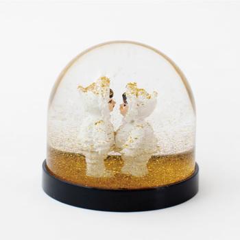可愛らしいスノードームは、「いかにもクリスマス!」という感じではなく、「さりげなく」演出してくれるのがポイント。ゴールドの雪と銀世界のコントラストも綺麗。