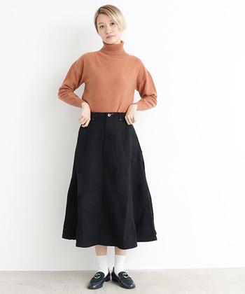 よく見ると大柄のドットが描かれたフレアスカートは、タートルネックと白靴下で、ナチュラルコーデに。カーディガンやジャケットなどを合わせても、素敵な着こなしが楽しめそうです。