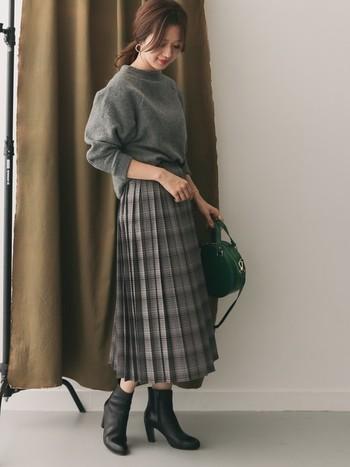 グレーのプリーツスカートには、グレーのニットで1トーンコーデに。足首がきゅっとしたショートブーツを合わせればとっても洗練されます。あえてハイカットのコンバースなどではずしても◎。