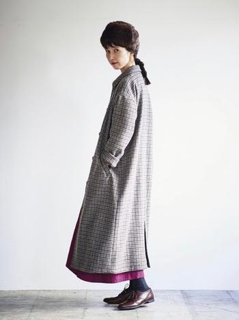 古着風のお洒落なコートは、レトロな小物をプラスして楽しみましょう。ボトムなどに1点差し色をいれるとオシャレ感もアップします。