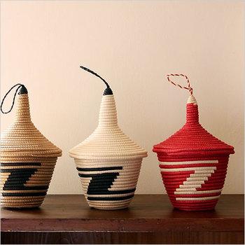 ルワンダの女性たちによって作られる小さなバスケットは、縁起の良い伝統工芸品として有名で「アガセチェ」と言います。ルワンダでは、結婚が決まると母親が娘にアガセチェの編み方を教えるのが伝統なのだそう。 手仕事によって生まれた温かさは、どこかクリスマスの家族のぬくもりにも似ていますよね。