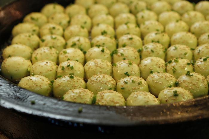 1日50,000個も売れる「王府井」の焼き小籠包。翡翠色がとっても美しい野菜入りの焼き小籠包は焼かれているその姿もまた美しい。