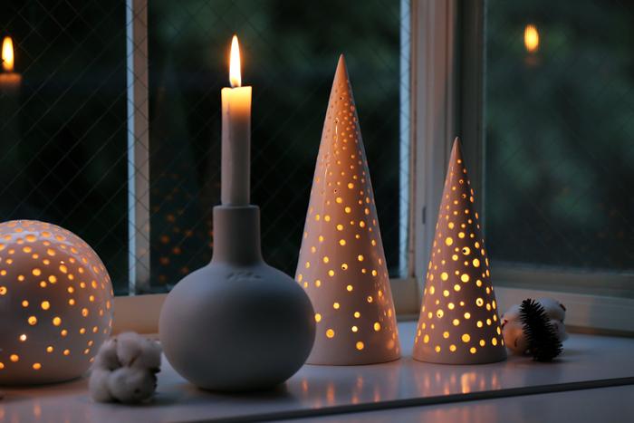 白いツリーの正体はキャンドルホルダー。日中はお洒落なインテリアとして、夜にキャンドルを灯せばまるで雪が舞っているかのようなライトアップでお部屋をロマンチックに彩ってくれます!クリスマスが終わってもずっと飾っておきたくなるデザインですね。