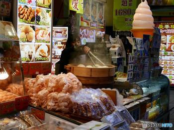 中華街での食べ歩きは、食べながら歩くということではなく、各お店にイートインスペースが用意されている場合が多いので、そちらで頂くよう心がけましょう。