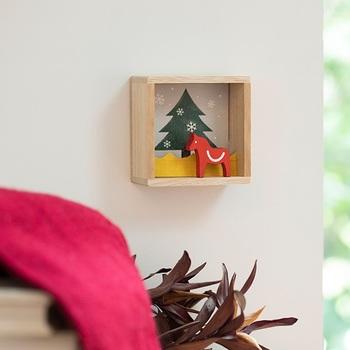 小ぶりな掛け箱のしつらい飾り。置いても掛けても飾れる箱は、さりげなくてとってもお洒落。クリスマスのポストカードなどと一緒に飾って賑やかにしても◎。