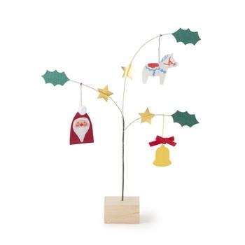 """手績み手織り麻で作ったかわいいモチーフの置き飾り。欧米では""""知恵の樹""""を象徴したクリスマスツリーを家に飾り新年を祝う風習があるのです。サンタやベル、北欧の伝統工芸品「ダーラナホース」をモチーフに作られているので、和風だけどどこか北欧ライク。風通しの良い窓際や玄関など、人の流れがある場所に飾れば、ふんわり揺れて可愛さ倍増。"""