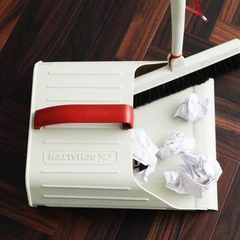 赤とクリーム色のコントラストが印象的な日本の「SCHALTEN(シャルテン)」のダストパン。デザイン性だけでなく機能性の高さも特徴で、掃き込みやすいように口が広く、しかも掃き込み口の先端部に床に密着させるための樹脂を使うなど工夫もいろいろ。レトロなフロアブルーム(ブラシ)もおしゃれです。