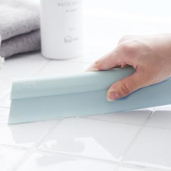 きれいにお掃除したあとは、スクイージーですっきり水切りして、水垢やカビを防ぎましょう。こちらは、柔らかなシリコン製なので、壁や角にもフィットして水滴を隅々まで取り除けます。もちろん、毎日のバスタイムの最後にも使えて衛生的です。
