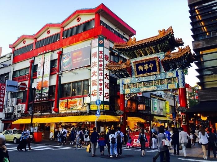 中華街の食べ歩きはブタまんや小籠包だけではありません。甘くて美味しい中華なスイーツだって食べ歩きできちゃいますよ。まず最初にご紹介したいのが、中華街大通りのちょうど真ん中あたりにある五差路、善隣門隣にある「横浜大飯店」。