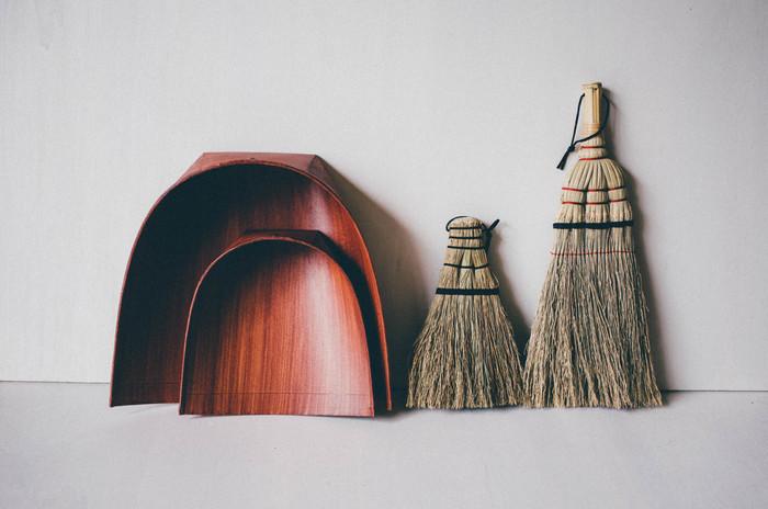 昔ながらの日本の掃除道具は、暮らしに合った使い勝手の良さと渋い雰囲気がいいですね。こちらは、1830年創業の老舗ほうき屋「白木屋傳兵衛」のほうきとはりみ。はりみとは、和紙に柿渋を塗ったちりとりで、静電気が起きないのでほこりがまとわりつかず、ごみ箱にラクに捨てられます。