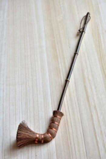 届きにくい棚の上やカーテンレールの上なども掃除しやすい棕櫚のキセルブラシ。棕櫚は水に強いので、網戸の掃除などにも使えます。柄は、高級感のある黒竹を使用。とても落ち着いた雰囲気の、本物感漂うアイテムです。