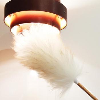 こちらは、照明器具や高い棚の上などの掃除にも便利なロングタイプの羊毛ダスター。綿あめのようにふわふわなダスターは、壁にかけておいてもインテリアのようにおしゃれです。