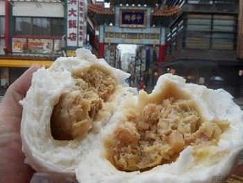 二つに割った瞬間、ふわぁ〜と立ち上がる湯気とゴロゴロ具沢山の中身。食べ応えありでジューシーでクセになる美味しさのブタまんです。中華街食べ歩きに出かける際は必ず空腹で行くようにしましょうね。
