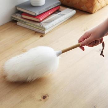 ニュージーランドで羊農家との協力のもと、最高品質の羊毛と羊皮の製品を提供する「mi woolis(ミーウーリーズ)」の羊毛100%ダスター。天然羊毛は、吸着して離さないといわれ、デリケートな家電や家具もソフトタッチできれいにします。