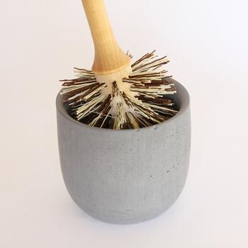 スウェーデンの老舗ブラシメーカー「iris hantverk(イリス・ハントバーク)」のトイレブラシセット。オイルドバーチの木製ハンドルに、石素材(コンクリート)のスタンドを合わせた、ナチュラルな雰囲気が素敵。まるでインテリアのようなおしゃれさが、お掃除タイムを楽しくしてくれます。