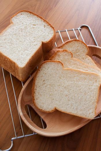 ベーシックな山形食パンはまずは覚えておきたい定番のパンレシピです。生地を巻き込んで型に入れる際に、しっかりと巻き終わりをくっつけておくときれいな形に仕上がります。
