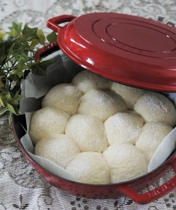 ストウブの蓋をして焼き上げるパンは表面も真っ白に仕上がります。お鍋いっぱいに広がったパンをちぎって食べたら、至福の時間が訪れそうです。