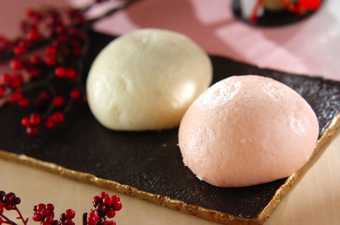 しなやかな弾力は強力粉を混ぜ込んだからこその食感です。食紅をつかって紅白に仕上げると、おめでたい雰囲気に。おうちで紅白まんじゅうがつくれるなんて、感動してしまいます。