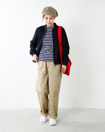 ボーダーTシャツとチノパン、肩にはレッドのショルダーバッグを携えて、目指すは小粋な冬のマリンルック。ほっこり感のあるベレー帽で秋冬らしさも添えて。