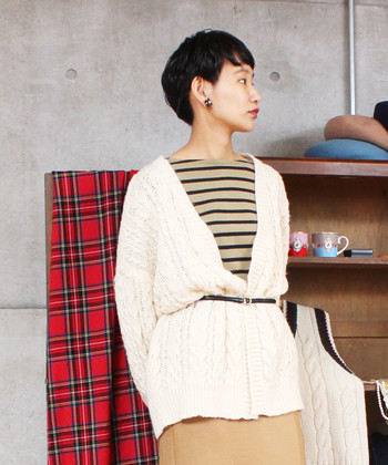 定番のケーブル編みカーディガンは、ボーダーTシャツを重ねて新鮮味のあるスタイリングに。細めのベルトをひと巻きすれば、さらに今年っぽい旬感が高まります。