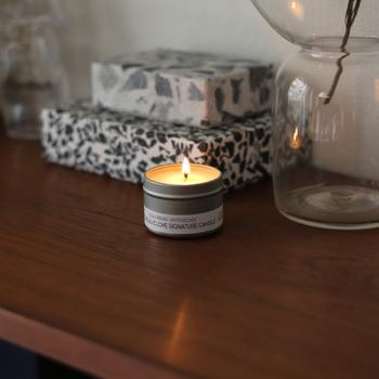 眺めているだけで、ホッと心が落ち着くアロマキャンドルの灯りと香りはベッドサイドに置いておきたいアイテムです。