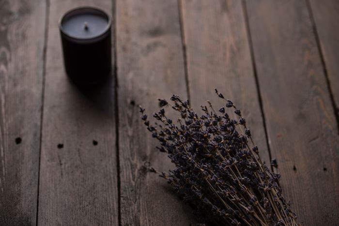 特にベッドルームにお勧めの香りはラベンダーで、緊張やストレスを和らげ、気持ちを落ち着かせてくれる効果が期待できます。