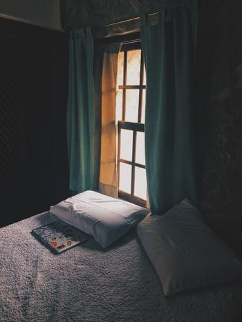 日の出時間が早い夏季や夜勤などで日中に寝ることが多い場合は太陽の光をさえぎるために分厚いカーテンを掛けるようにしましょう。