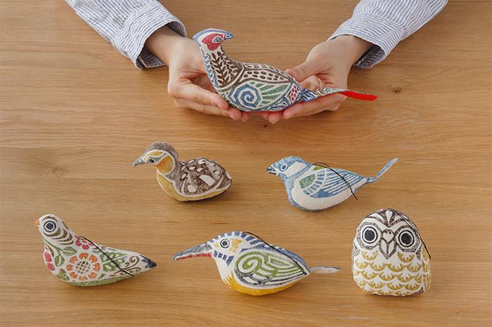 かわいい手のひらサイズに美しい色使いで、いくつも並べて飾りたくなる「木版手染ぬいぐるみ 野鳥」は、飛騨高山に工房を持つ「真工藝」でつくられたもの。「雉子(きじ)」、「ふくろう」、「子鴨」、「花バト」、「かわせみ」に「四十雀(しじゅうから)」といった野鳥をモチーフにして作られています。