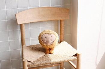 椅子の上にちょこんと置いているだけでサマになります。思わず抱きしめたくなるかわいらしさですね。