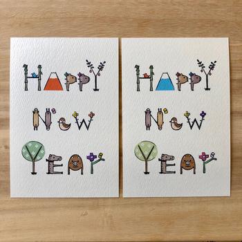 文字のところどころにイノシシが隠れている遊び心のある年賀状。こちらの年賀状は紙質にもこだわり、ナチュラルな雰囲気に仕上げています。