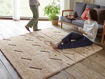 暖かい空気が届きにくい床には、あたたかな絨毯やカーペットを。ふかふかなマイクロファイバーのカーペットなら、ホコリも絡まりづらいのでお掃除も楽チンです。