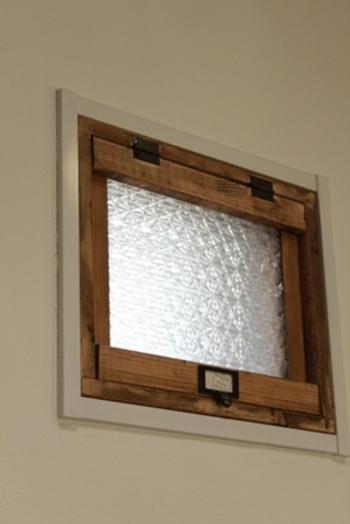 こちらは無機質になりがちなポリカーボネートに、ガラスフィルムを重ね合わせたもの。アンティークなガラスのようで、ナチュラルでかわいらしい雰囲気に。