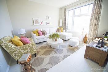 カーテンとラグの両方が柄物の場合は、このように同系色でまとめると、お部屋をすっきりと広く見せることができます。