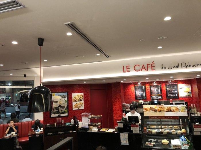 新宿ミライナタワーの1階、ニュウマン新宿にある、ジョエル・ロブション監修のパン屋さん。史上最短、39歳でミシュラン3つ星を獲得したジョエル・ロブションの焼きたてパンをイートイン席で堪能できます。