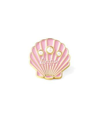 """甘いピンクのシェルにゴールドのライン、ミニパール。女の子らしさとカジュアル感を""""いいとこどり""""したような、ポップでかわいいピンズです。"""