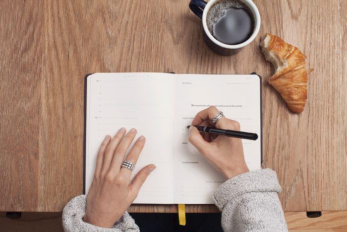 「ジャーナリング」のやり方は簡単です。メモとペンを用意して、次の手順で「とにかく書く」だけ。時間を1分、3分、5分というように自由に決めて始めましょう。  ①テーマを一つ決める(キーワードでもOK) ②頭の中に浮かぶことを「とにかく書く」 ③時間いっぱいまで書き続ける