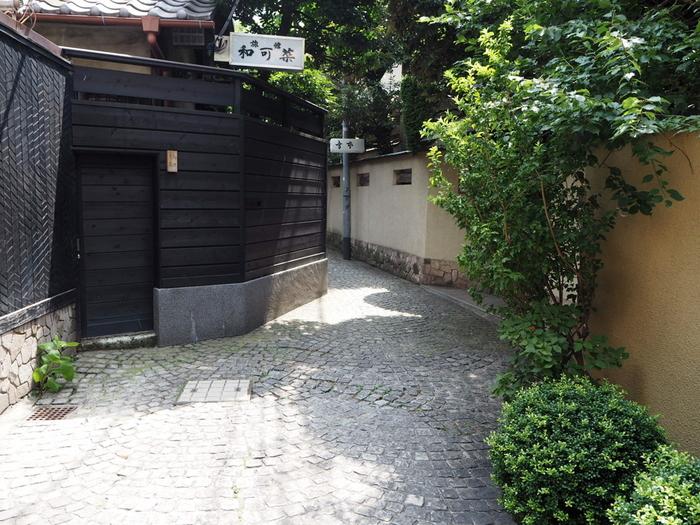大通りから一本奥に入ると、迷路のように入り組んだ路地が現れます。神楽坂の魅力でもある横丁をゆっくり歩いてみませんか?こちらの「兵庫横丁」は、神楽坂エリアでもっとも古い横丁と言われていて、テレビや映画のロケでもたびたび登場する美しい石畳が特徴。新宿区の「まちなみ景観賞」も受賞しているんですよ。名前の由来は、戦国時代に牛込城の武器庫(兵庫)があったからだそう。
