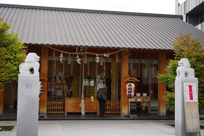 1300年(正安2年)に創建された「赤城神社」は、大江戸線の牛込神楽坂駅からゆっくり歩いて10分ほどのところにあります。現在は「赤城神社 再生プロジェクト」として、戦後から今まで復興できずにいた、神楽殿の「蛍雪さま」、出世の「おいなりさん」、病気平癒で人気の「八耳さま」、東照宮の「葵さま」が全てが再興されました。新しい境内は清々しい空気が気持ちいい場所。ぜひ神楽坂散策の途中で足をとめてみませんか?