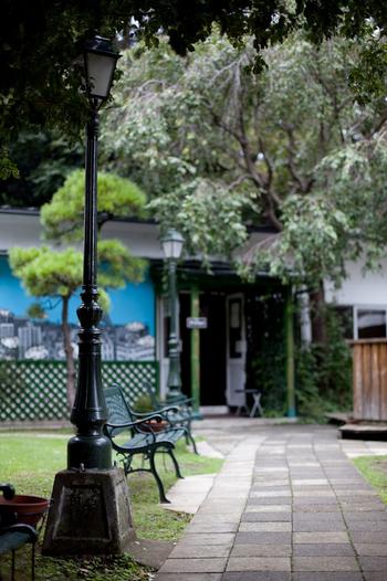 大江戸線の牛込神楽坂駅から5分ほど歩いたところにある「アンスティチュ・フランセ(旧東京日仏学院)」は、フランス政府の公式機関。1952年の開校以来、語学や芸術など幅広いジャンルのイベントが開催されていて、学生以外の方も自由に入ることができます。