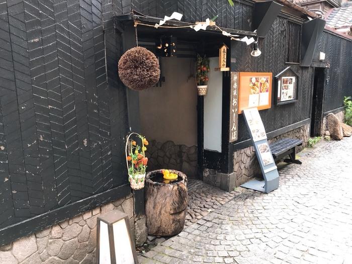 神楽坂通りから1本奥に入った兵庫横丁にある「おいしんぼ」は、料亭の風情をそのまま残した一軒家レストラン。夜は会席料理のコースがメインでちょっと敷居が高いお店ですが、ランチタイムは気軽にいただけると評判です。