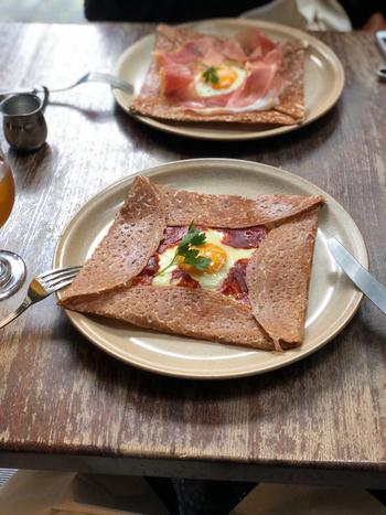 ガレットの本場、フランス・ブルターニュ地方の食文化を日本に伝えたいとオープンさせたお店には、本場の味を楽しめるメニューがたくさん。こちらの「コンプレット オ ジャンボン クリュ」は、卵と生ハムとチーズが入ったお食事系のガレット。香ばしいそば粉の生地が食欲をそそりますね。