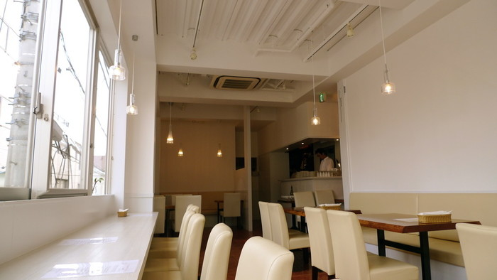 """""""前菜だけを、たくさん食べたい""""という声から生まれた「フレンチ前菜食堂 ボン・グゥ 神楽坂」は、神楽坂上の交差点のそばのビル2階にあります。白を基調した店内は明るく、女性を中心にいつも多くのお客さんでにぎわっています。"""