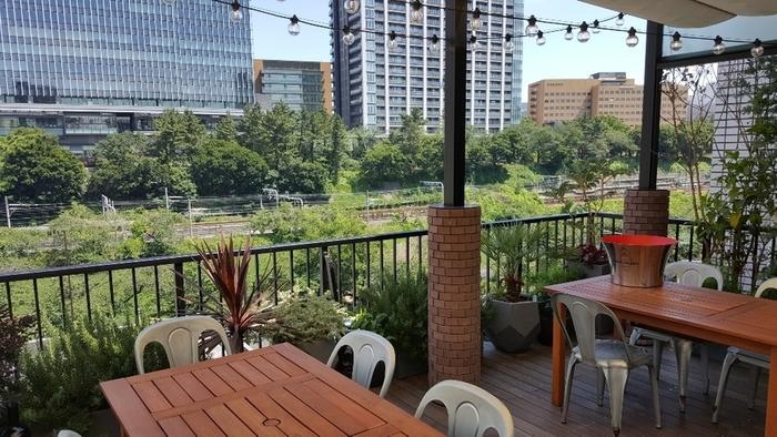 「神楽坂焼肉 Kintan(キンタン)」は、神楽坂下からすぐのところにある大人向けの焼肉レストラン。外堀公園が一望できる開放的なテラス席や、個室などさまざまなシーンで使えると評判です。