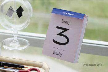 """毎年、ドイツの「Verlag Hermann Schmidt Mainz社」から出版されている""""フォント""""のカレンダー。365日、世界中のフォントで作られています。"""