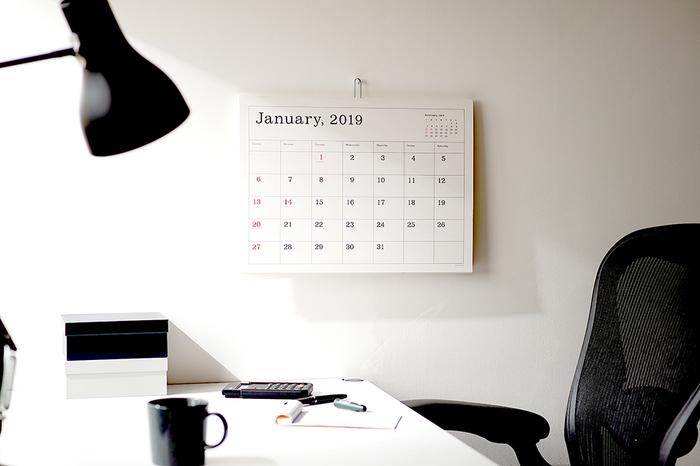 シンプルに、きちんと予定を書き込みたい。そんな方には葛西薫さんのカレンダーがおすすめです。ご自身の「シンプルで使いやすいカレンダーが欲しい」という考えから生まれたこともあって、極シンプルなデザインはさまざまなインテリアにもお似合い。