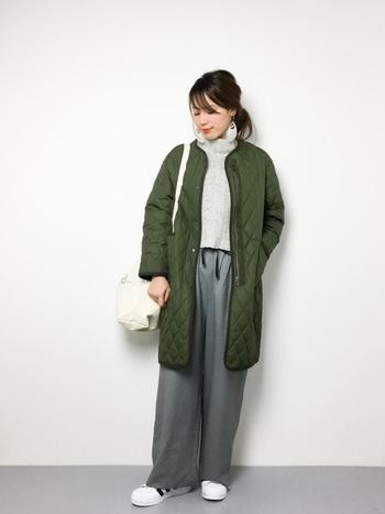 カジュアル感の強いキルティングコートも、ノーカラーを選べば女性らしい装いに。インナーをシンプルにまとめるのが、大人っぽく着こなすポイント。もう少し寒くなったら、インナーとしても活躍してくれそうです。