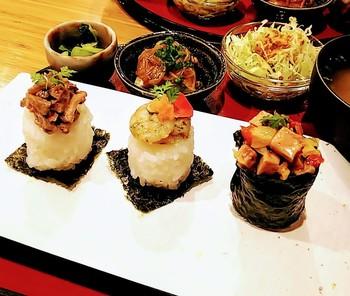 西本願寺近くにあるフォトジェニックなおむすびを提供している同店。冷めても美味しいと評判の京都産ミルキークイーンを使ったおむすびは注文を受けてから1つずつ丁寧に作るので、いつでも出来立てが味わえます。
