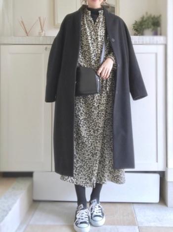 フラワープリントが女性らしい華やかなワンピースには、ノーカラーコートを合わせて、洗練された着こなしに♪ 全体を黒で抑えることで、ワンピースがより引き立ちより、華やかな雰囲気になりますね。足元をバレエシューズやブーティなどに変えると、ちょっとしたお呼ばれにもOKな着こなしになりそうです。
