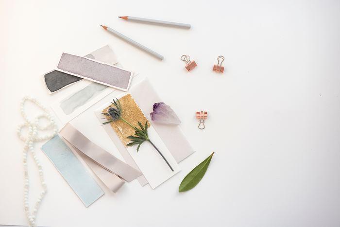 手帳は「書く」だけでなく、「切って貼る」「描く」「デコレーションする」など、幅広い楽しみ方があります。手帳の空白が気になるとき、フォーマットを気にせず自由に使いたいとき。手帳を開く時間が待ち遠しくなるような、ページをいろどるアイテムをご紹介します。